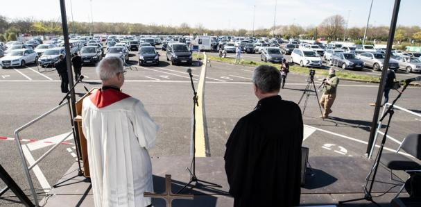 celebrar misa en un aparcamiento