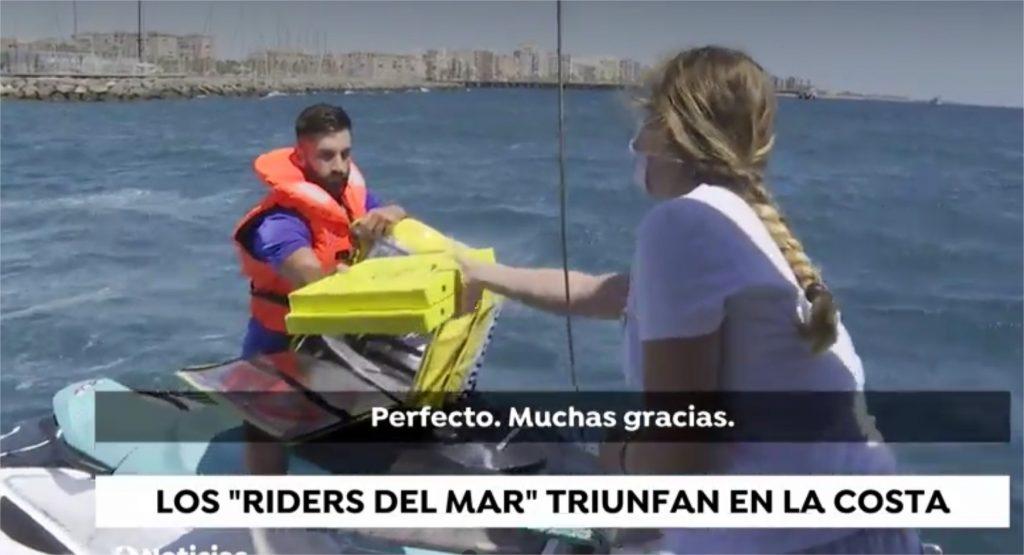 riders del mar entregando pizzas a los barcos